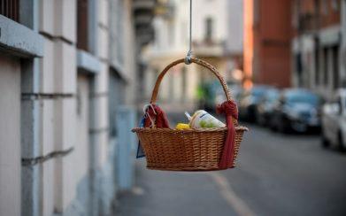 ceste-sospese-milano-coronavirus-solidarieta-cibo-alimenti-bisogno